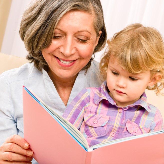 Babička čte vnoučeti | Protefix