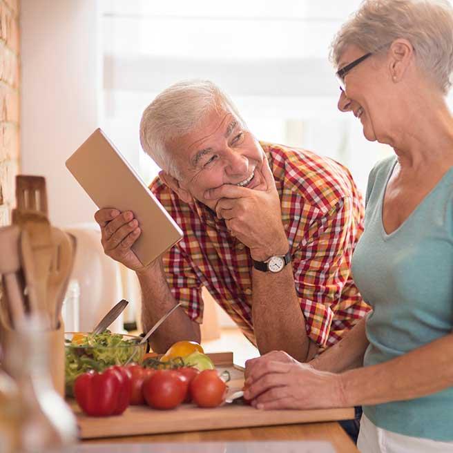 Starší pár při přípravě jídla | Protefix