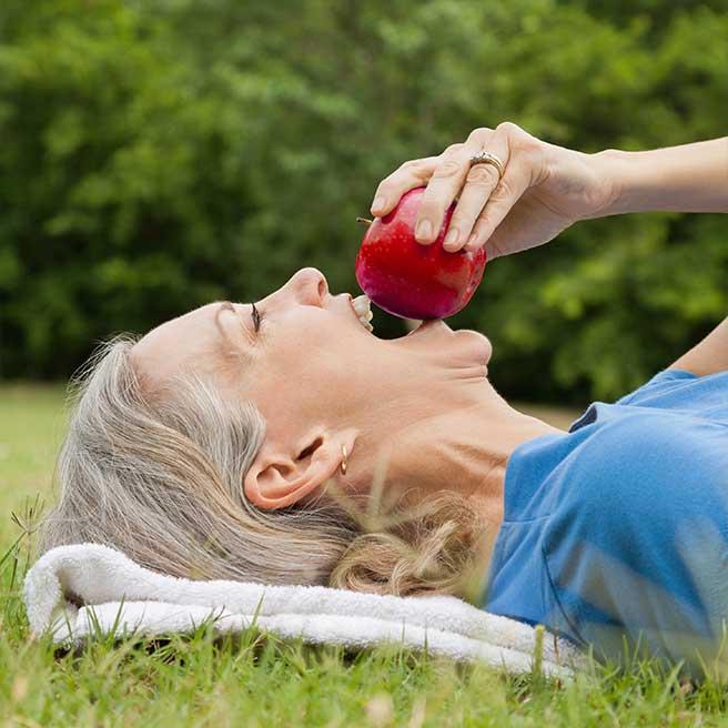 Žena kouše do jablka | Protefix