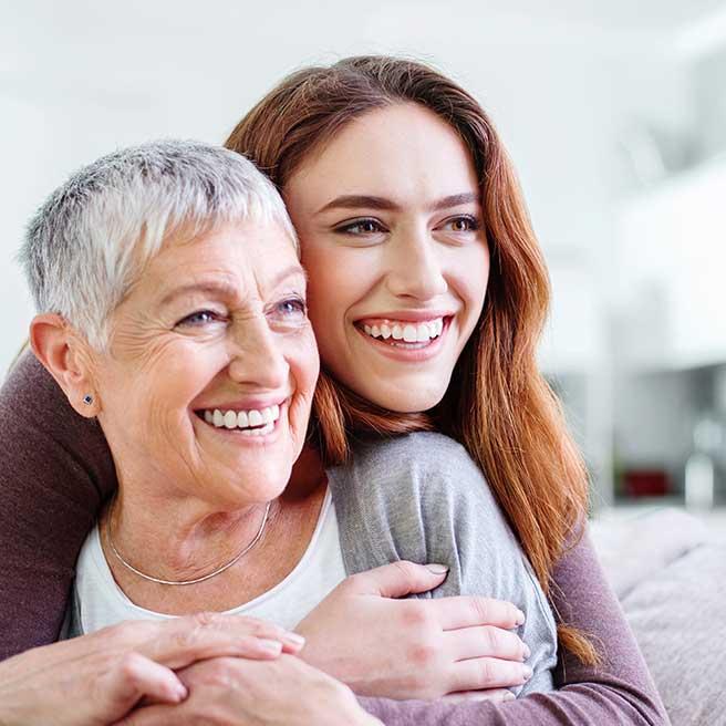 Smějící se matka s dcerou | Protefix