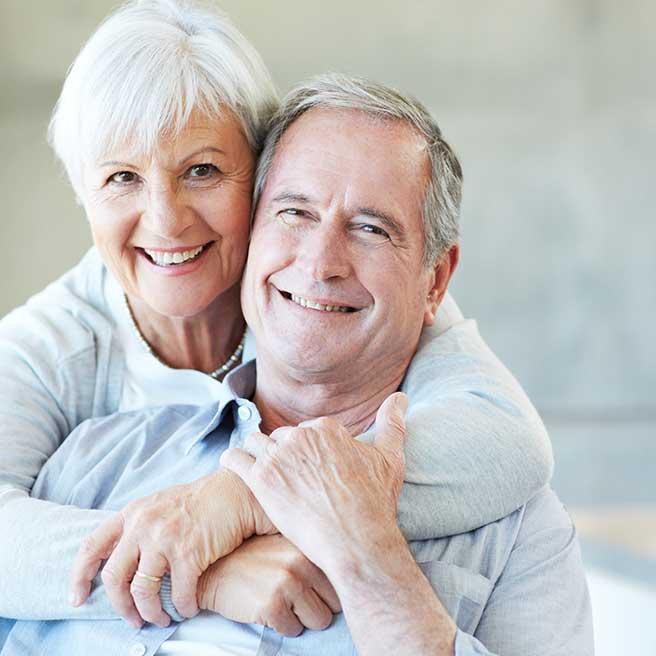 Smějící se starší pár | Protefix